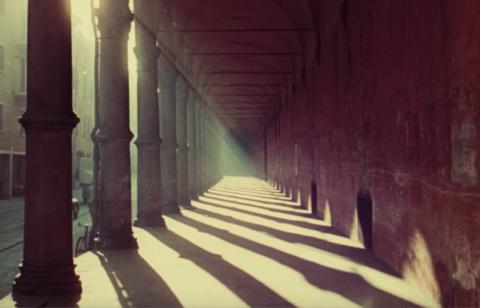 immagine di portici di Bologna in penobnra