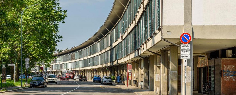 Edificio porticato del quartiere Barca